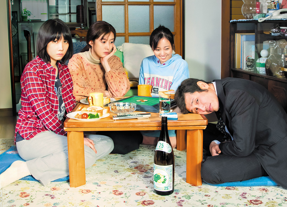 (c)「酔うと化け物になる父がつらい)製作委員会